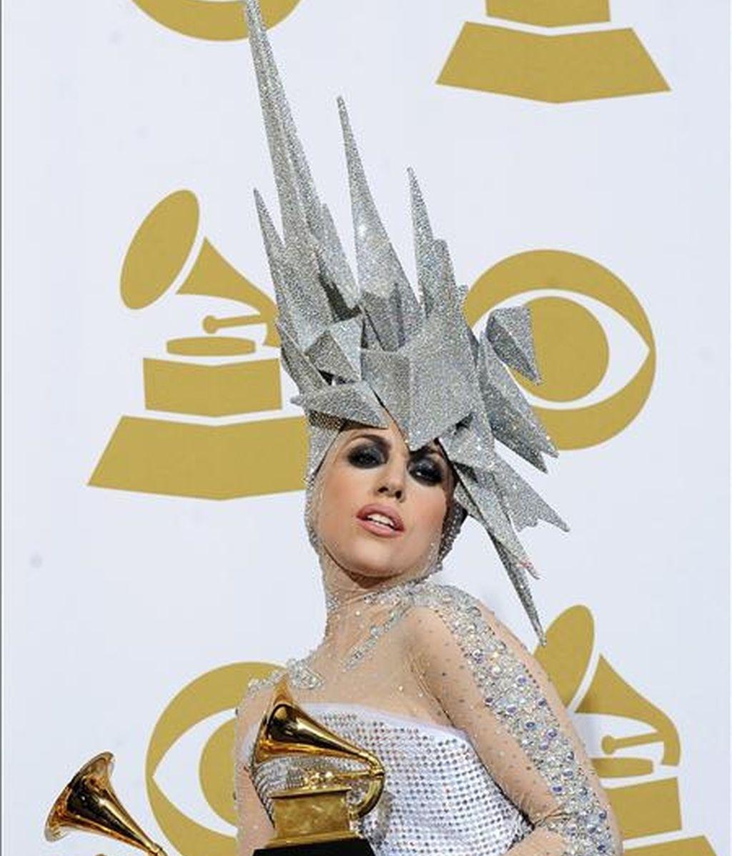 En la imagen, la cantante Lady Gaga mientras posa con dos premios durante la 52ª ceremonia de entrega de premios Grammy en el Staples Center de Los Angeles, California (Estados Unidos). EFE/Archivo