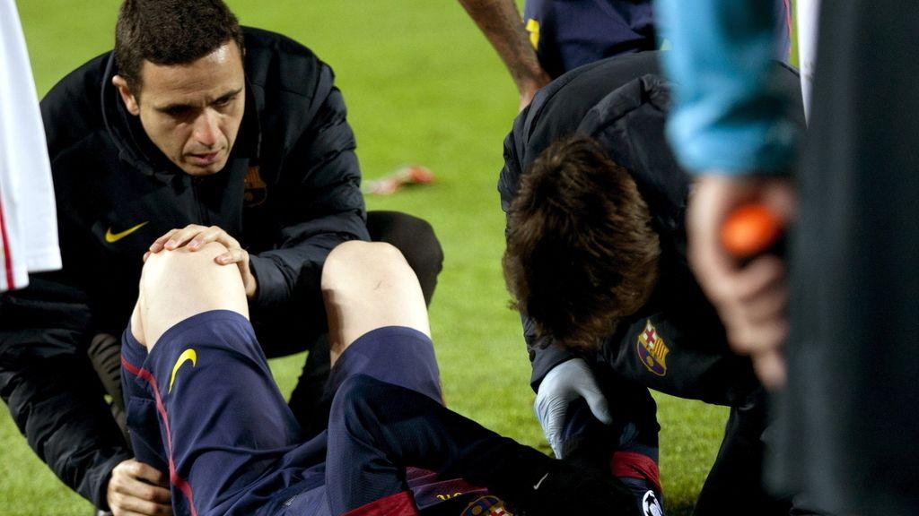 Leo Messi es atendido tras lesionarse durante el partido de la última jornada de la fase de grupos de Liga de Campeones