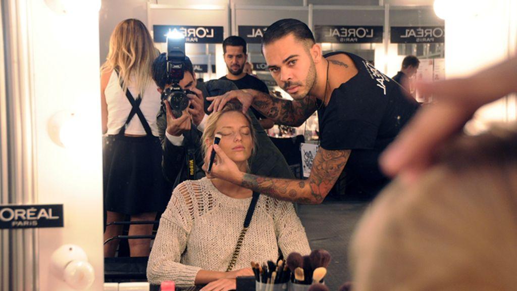 Kley Kafe es uno de los maquilladores encargados de que las modelos estén perfectas
