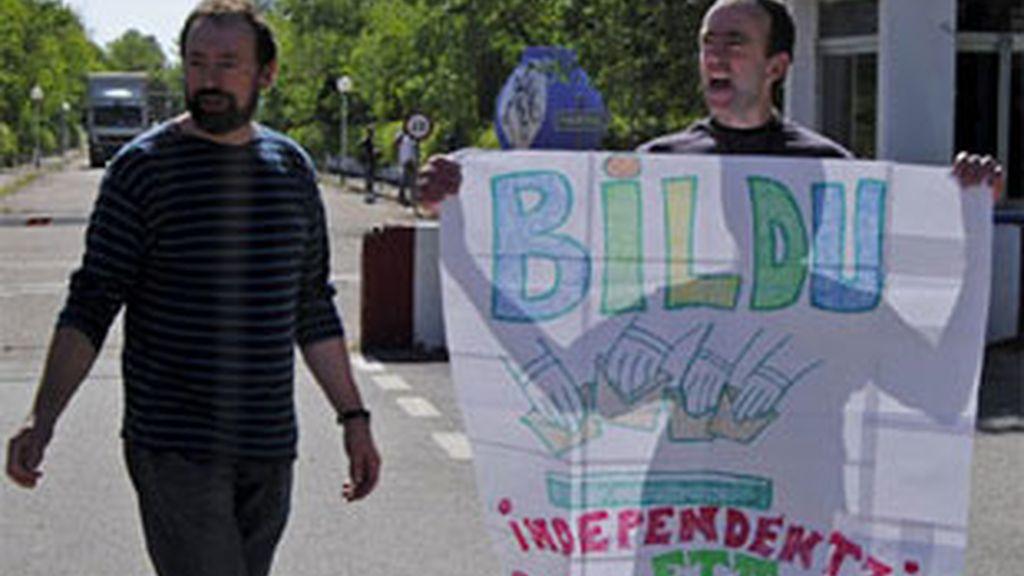 El etarra Andrés Errandonea exhibiendo un cartel de Bildu mientras abandona la prisión de Herrera de la Mancha. Foto: EFE.