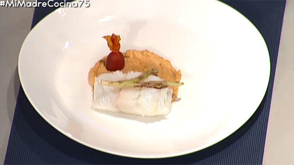Bacalao con romescu, verduritas y ajetes en tempura