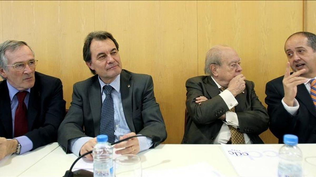 El presidente de la Generalitat y presidente de CiU, Artur Mas (2i), junto a Xavier Trias (i), Jordi Pujol y Felip Puig (d), durante la reunión del comité ejecutivo de CDC celebrada esta mañana en Barcelona. EFE