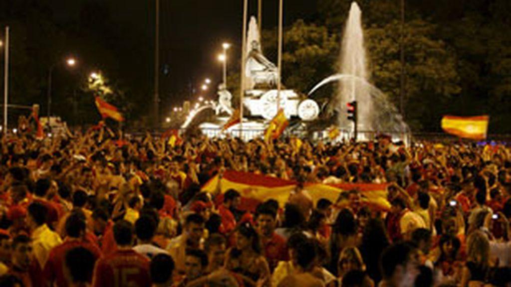 Miles de aficionados de la selección española se concentran en la plaza de Cibeles tras conseguir el título de la Eurocopa '08. Video: Informativos Telecinco.