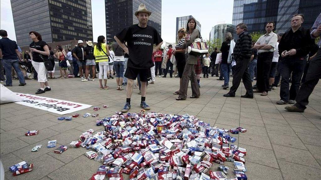 Hosteleros belgas realizan una protesta contra una normativa que prohíbe el consumo de tabaco en bares y restaurantes, en Bruselas, Bélgica. EFE
