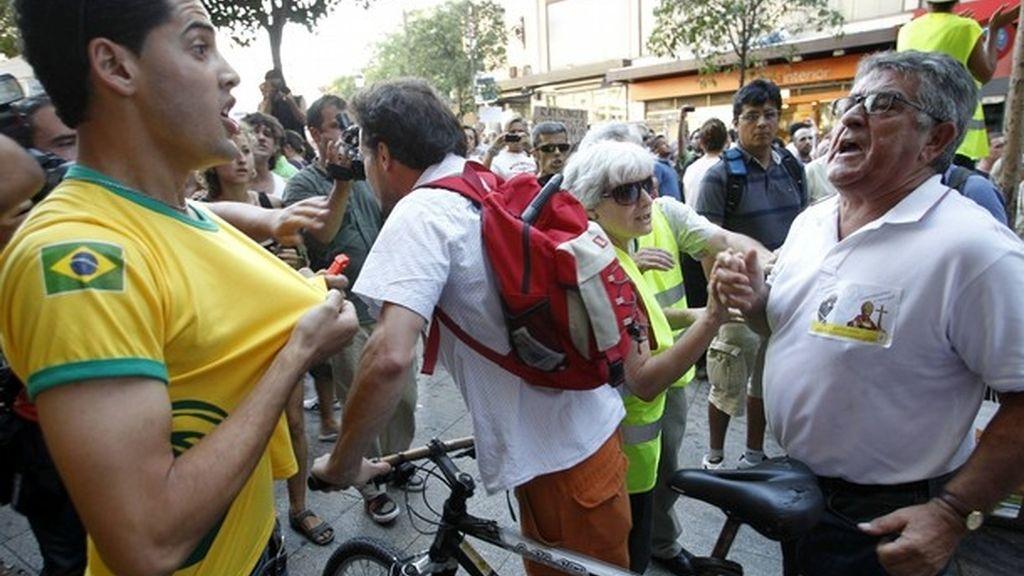 Tensión entre manifestantes y peregrinos en distintos puntos de la 'marcha laica'