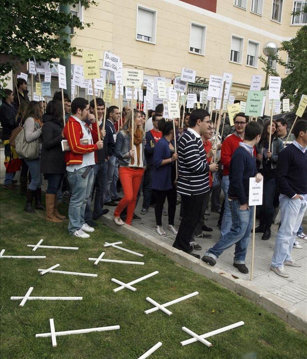 Miembros de Nuevas Generaciones de Madrid, durante la concentración convocada para hoy por esta fuerza en la plaza de la República Dominicana para denunciar la fuga del etarra Antonio Troitiño. EFE