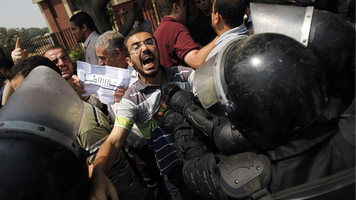 Partidarios del derrocado Morsi se enfrentan con las autoridades militares