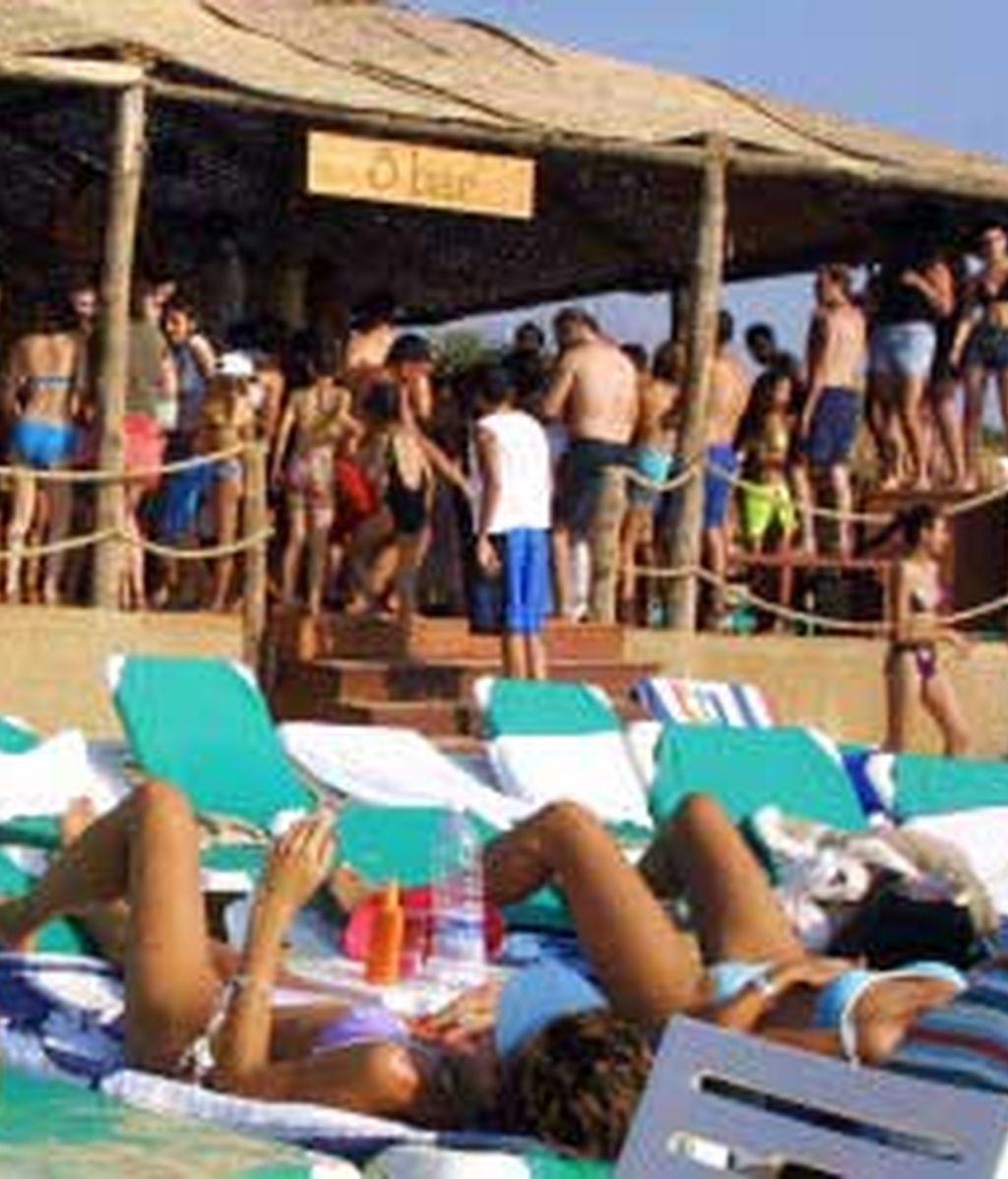 En los que no sea posible desplazar los chiringuitos del litoral andaluz a otra zona se mantendrán en la arena. Foto:EFE.