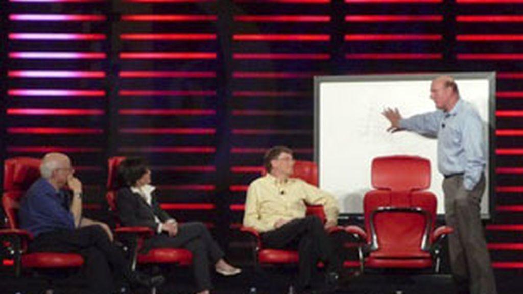 Bill Gates y Steve Ballmer durante la conferencia en la que han avanzado los detalles del Windows 7. Foto: The Wall Street Journal.
