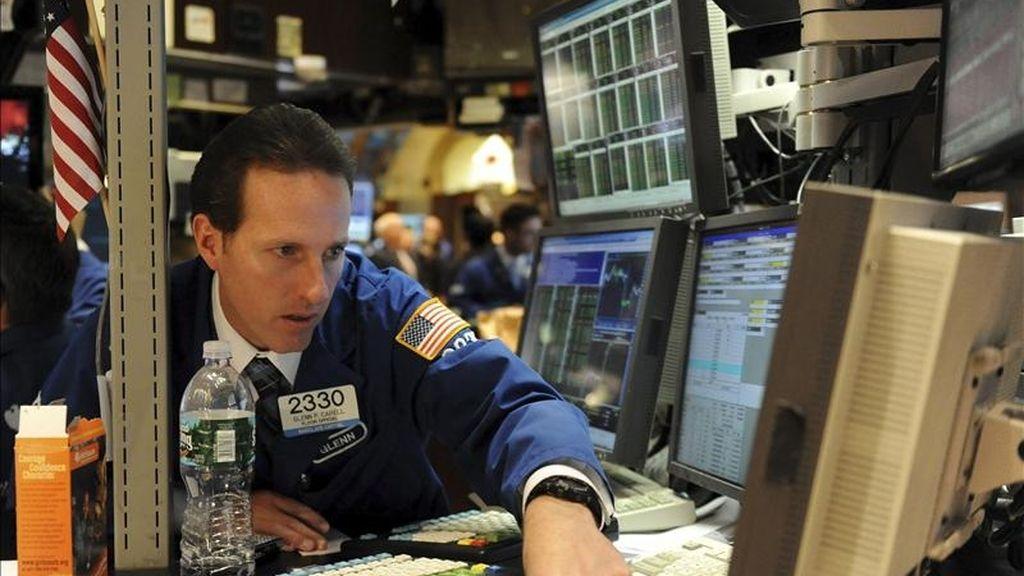 El Dow Jones de Industriales, que agrupa a 30 de las mayores empresas cotizadas en este país, sumó esta primera sesión de la semana 23,31 puntos para acabar en 12.400,03 puntos. EFE/Archivo