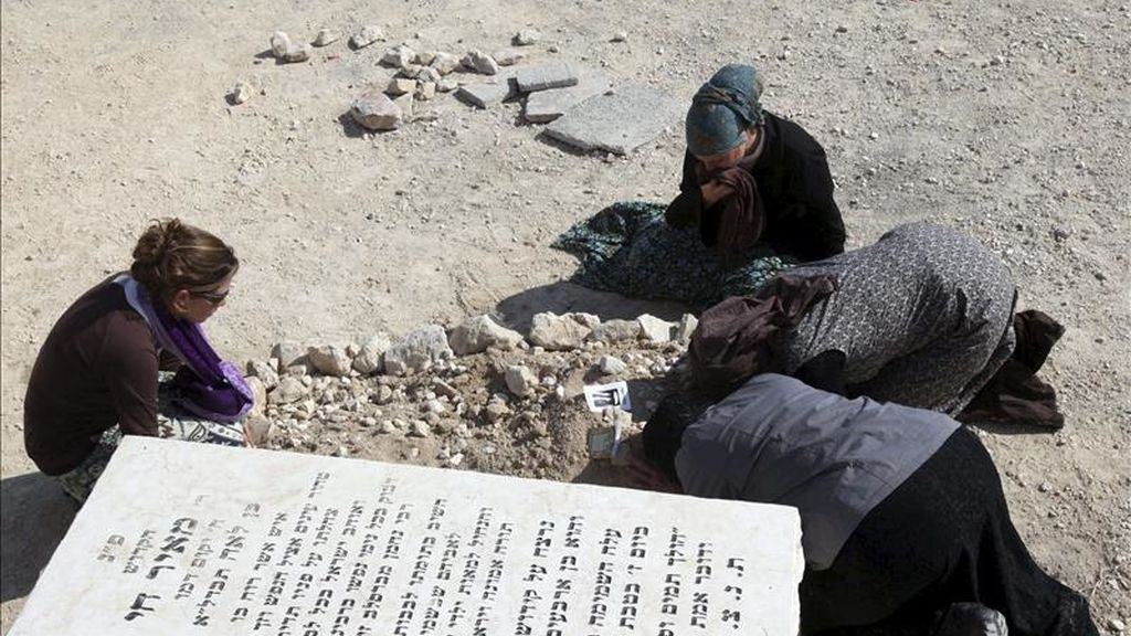 Familiares del israelí Ben-Yosef Livnat lloran sobre su tumba tras el entierro celebrado en el cementerio de los Olivos de Jerusalén hoy. EFE