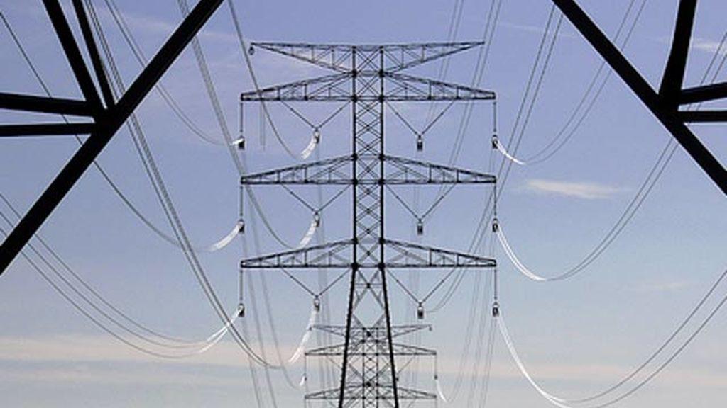 El Supremo suspende la bajada de peajes de luz en octubre