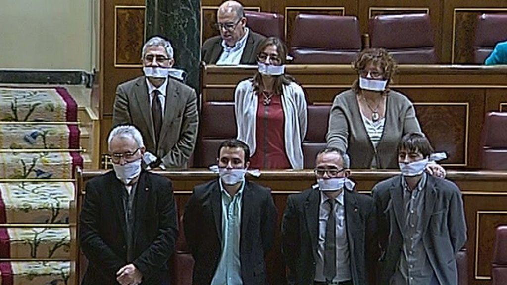 Los diputados de IU se amordazan en el Congreso en contra de la Ley de Seguridad Ciudadana