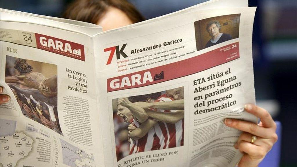 """Una mujer lee el diario Gara, donde la organización terrorista ETA publica hoy un comunicado con motivo de la celebración del Aberri Eguna (Día de la Patria vasca), en el que aboga por la independencia y la constitución de un """"Estado vasco"""" y avisa de que """"el camino será largo, difícil y duro"""", dada la dimensión de la apuesta. EFE"""