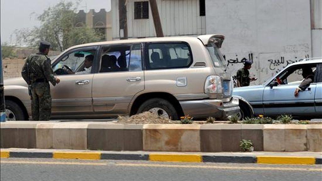 Un soldado yemení realiza un control de seguridad en Saná (Yemen). EFE/Archivo
