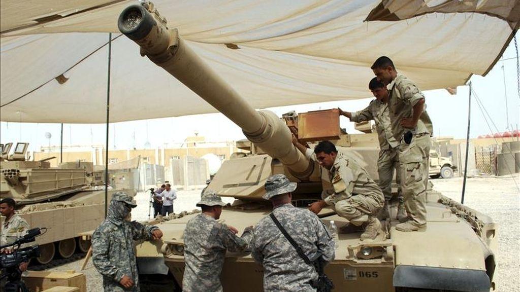 Soldados iraquíes asisten a un entrenamiento de las tropas estadounidenses sobre cómo usar tanques M1A1 fabricados en Estados Unidos, en la base militar de Rustumiya, al sur de Bagdad, en 2010. EFE/Archivo