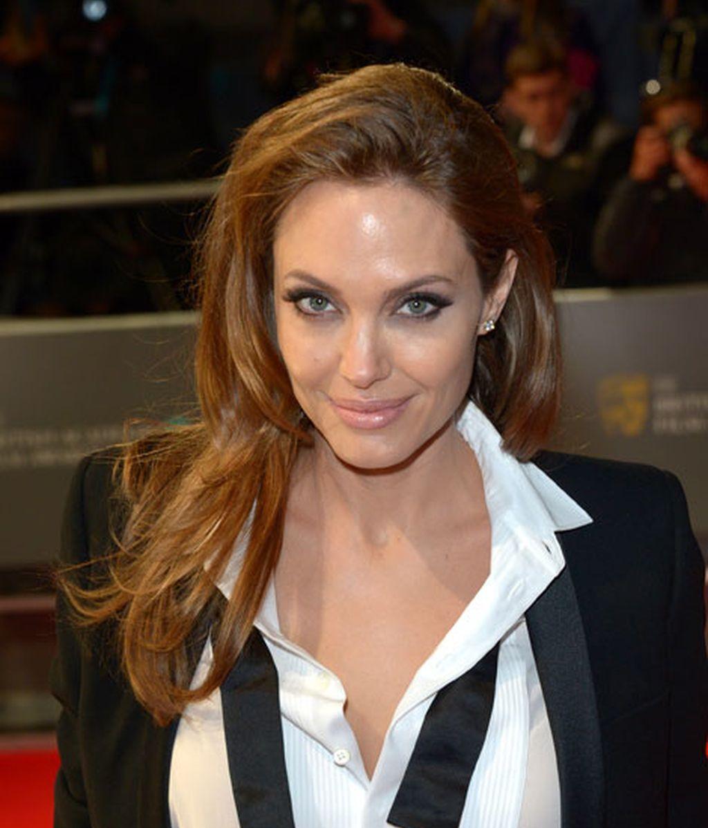 Jolie, seductora con un traje de Yves Saint Laurent