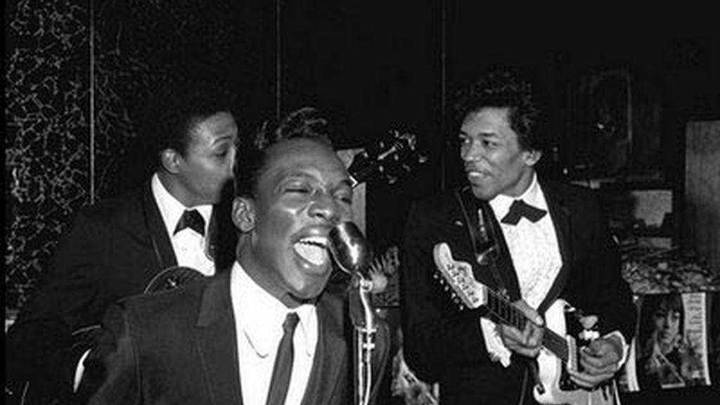 Jimi Hendrix (d) y Wilson Pickett (i)