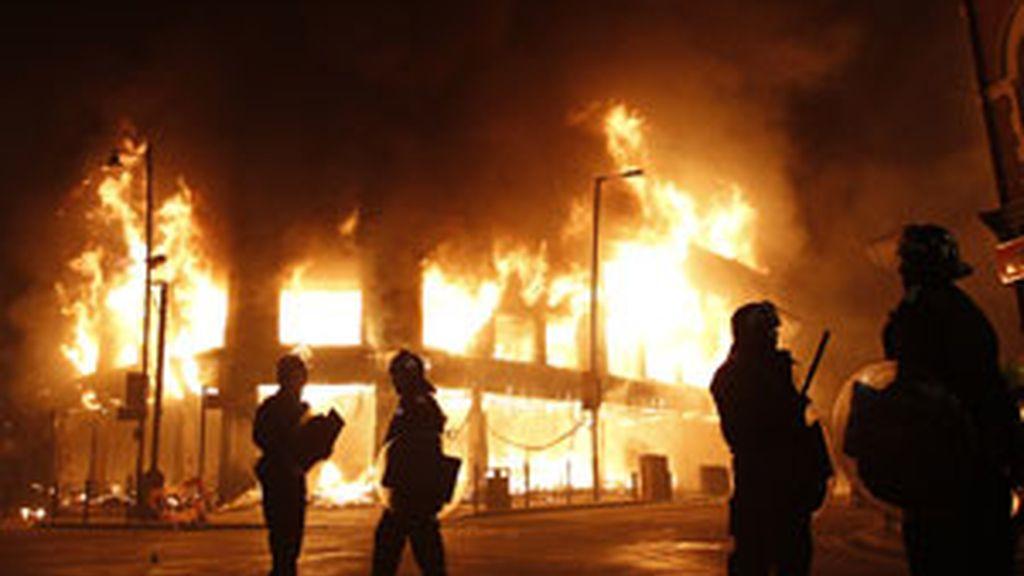 Fuegos y pillaje tras lo que comenzó siendo una noche de vigilía y de protesta. Vídeo: Informativos Telecinco