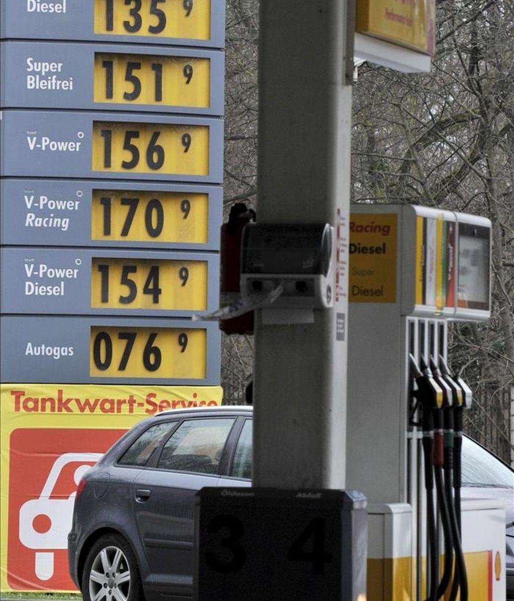 La imagen muestra un tablero con los precios en una gasolinera. EFE/Archivo