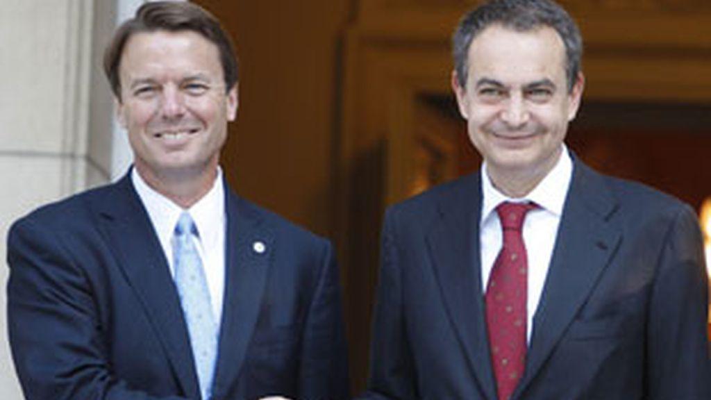El presidente del Gobierno, José Luis Rodríguez Zapatero, ha recibido hablando en inglés, al ex senador por Carolina del Norte, John R. Edwards. Video: Informativos Telecinco.com.