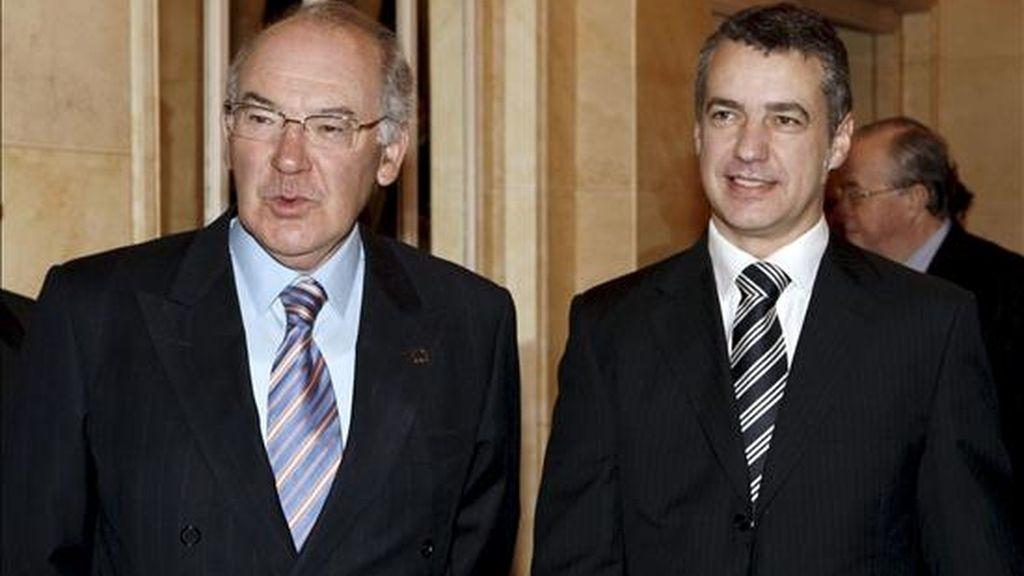 El ex lehendakari, José Antonio Ardanza (i) y el presidente del PNV, Iñigo Urkullu, momentos antes de participar en el ciclo sobre las elecciones vascas del Fórum Europa celebrado hoy en Madrid. EFE