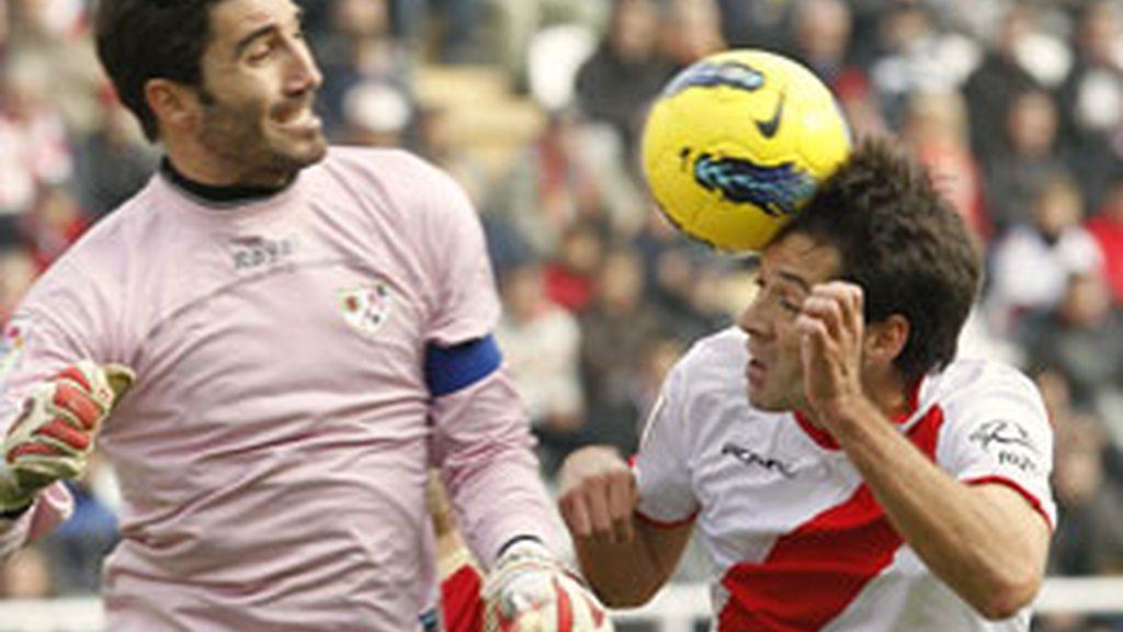 El defensa del Rayo Vallecano Mikel Labaka intenta rematar un balón ante la oposición del portero del Sporting de Gijón, Juan Pablo . Foto: EFE