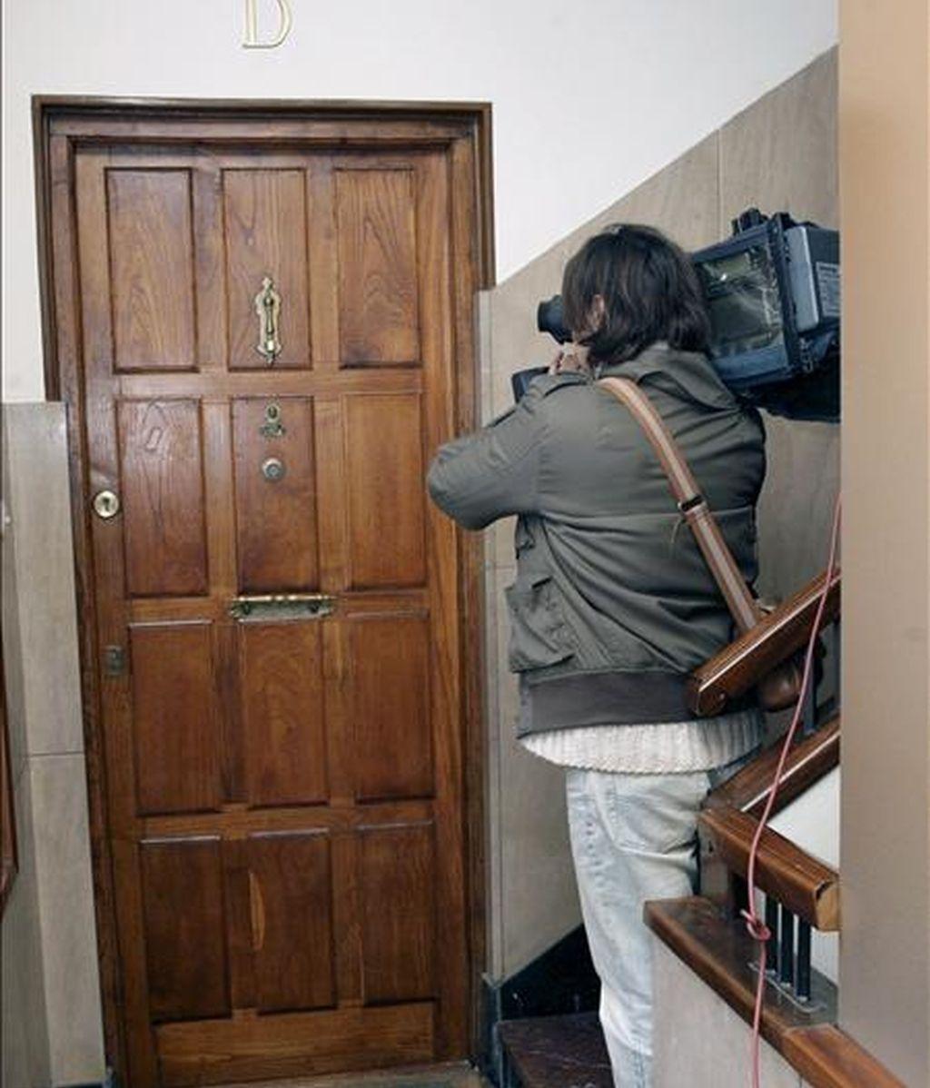 Un operador de cámara graba la entrada al piso, en el número 1 de la calle Barrenkale, en Gernika (Vizcaya), en el que una mujer fue asesinada tras ser agredida con una navaja por su marido en el transcurso de una discusión familiar y en presencia de un hijo menor de edad y una hija de 19 años, quien también resultó herida. EFE