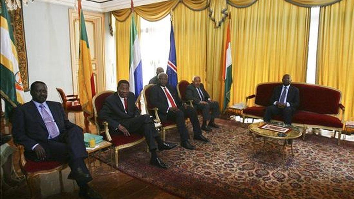 De izquierda a derecha, el primer ministro de Kenia Raila Odinga, el presidente de Benin Boni Yayi, el de Sierra Leona Ernest Bai Koroma, el de Cabo Verde, Pedro Pires, y Laurent Gbagbo, todavía presidente de Costa de Marfil, ayer en el palacio presidencial en Abiyán, Costa de Marfil. EFE/Archivo