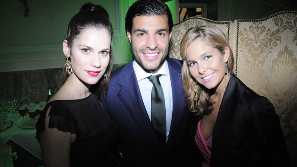 Las actrices Lidia San José y Natalia Sánchez posaron encantadas junto al futbolista Miguel Torres