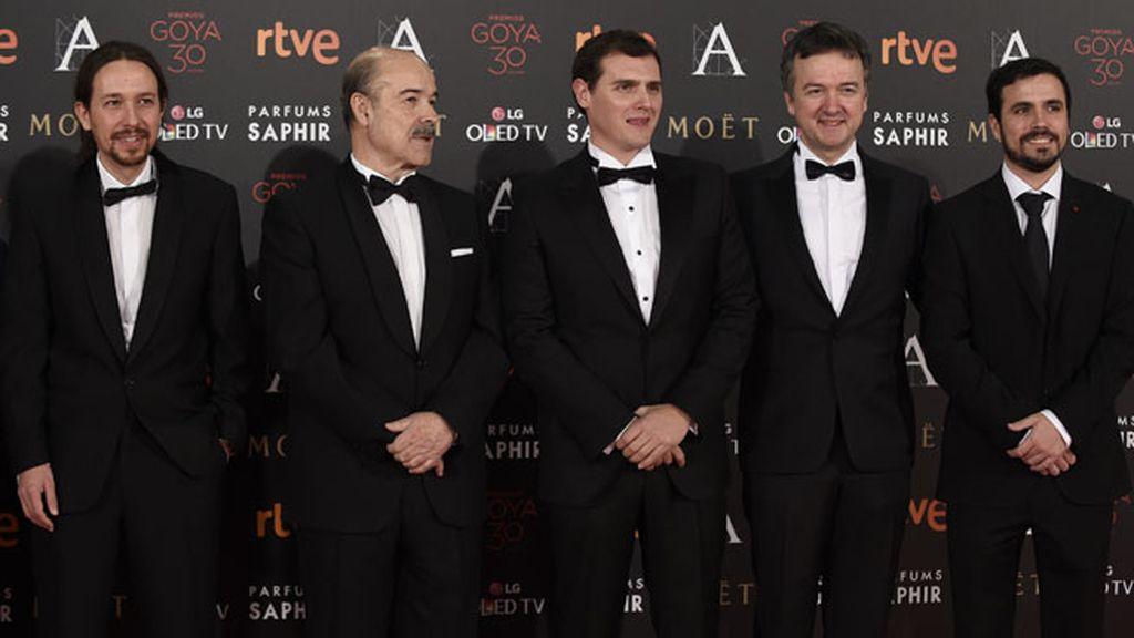 Pablo Iglesias, Albert Rivera y Alberto Garzón han posado junto Antonio Resines