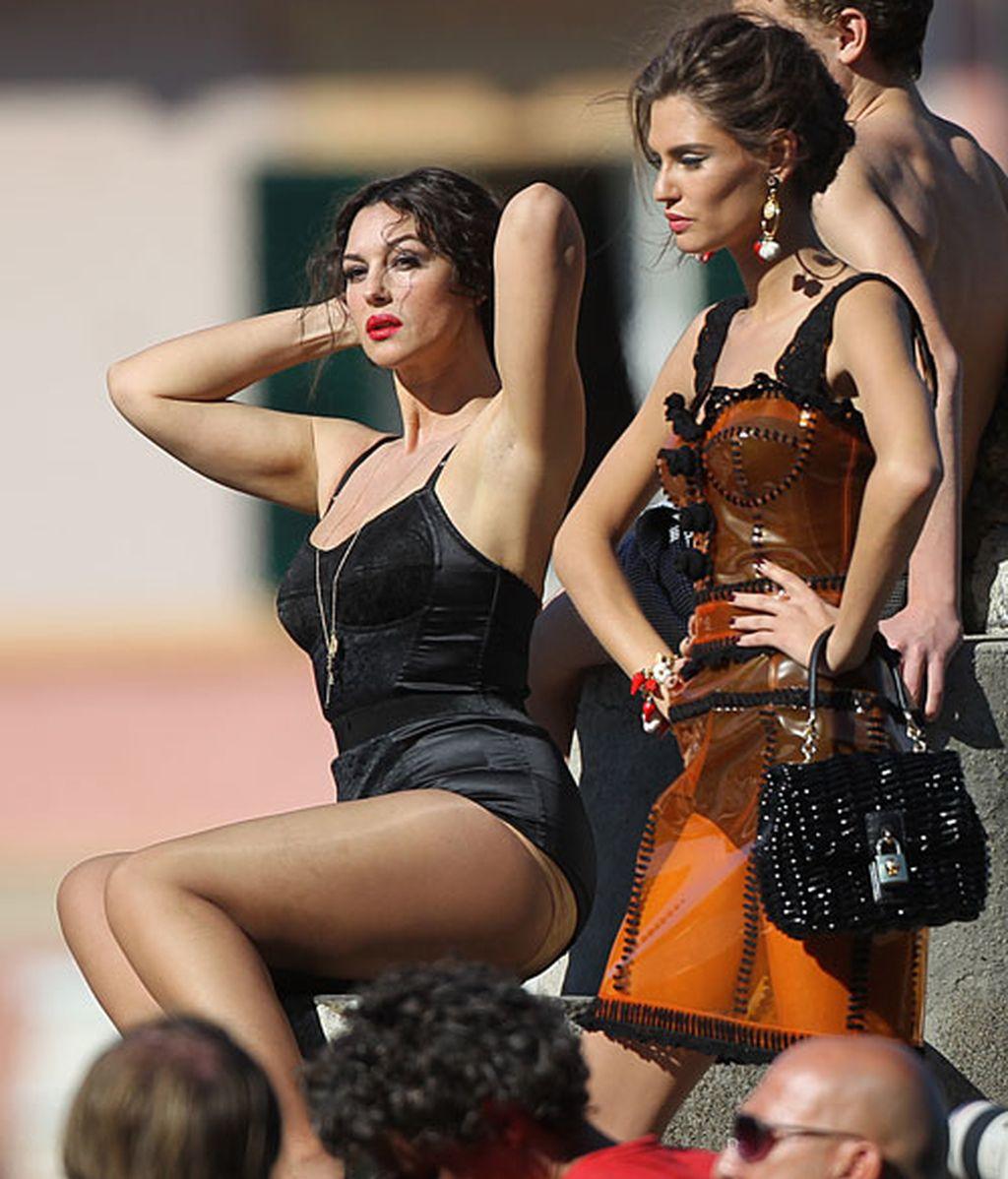 Monica Bellucci se merienda a su compañera durante una sesión de fotos