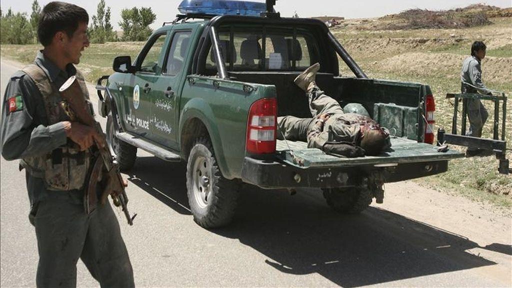 Un oficial de seguridad observa el cuerpo sin vida de un talibán durante una operación en el distrito de Rashedan en Ghazni (Afganistán) hoy, sábado, 14 de mayo de 2011. EFE