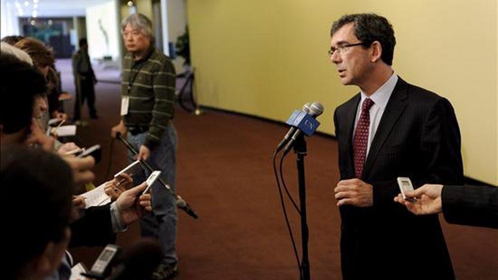 El embajador de Francia ante Naciones Unidas, Jean-Maurice Ripert (d), atiende a los periodistas antes de la reunión de emergencia del Consejo de Seguridad de la ONU en Nueva York, para dar respuesta al lanzamiento de un cohete de largo alcance por parte de Corea del Norte. EFE