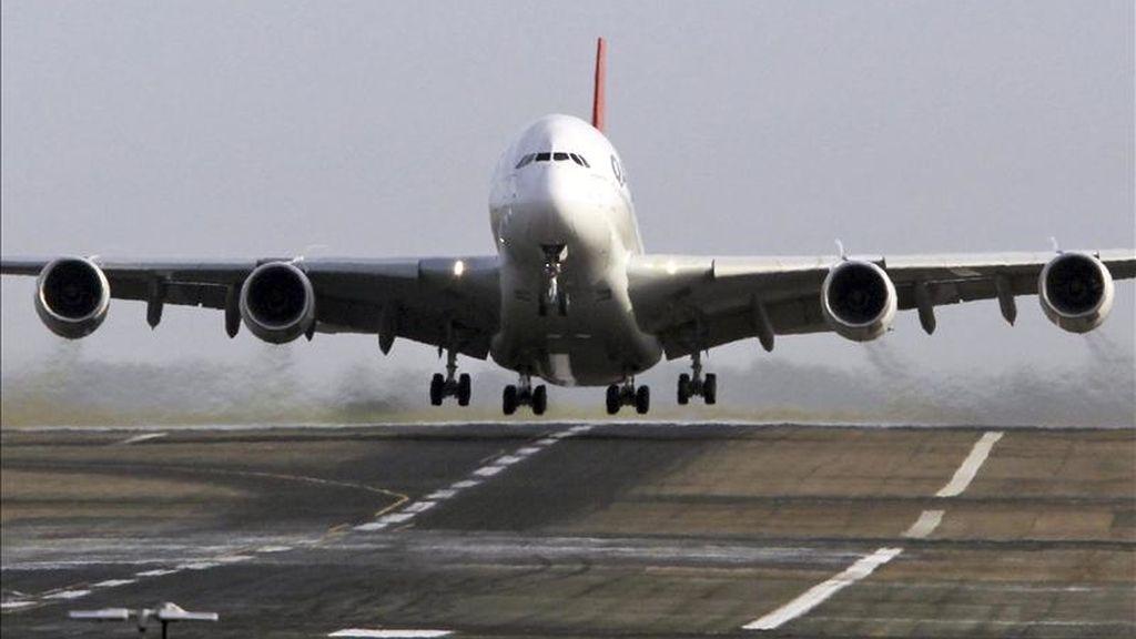 """El fabricante aeronáutico europeo Airbus anunció hoy que venderá a la aerolínea india de bajo coste IndiGo 180 aparatos A320, en lo que aseguró es """"el mayor encargo por número de aviones de la historia de la aviación civil"""". EFE/Archivo"""