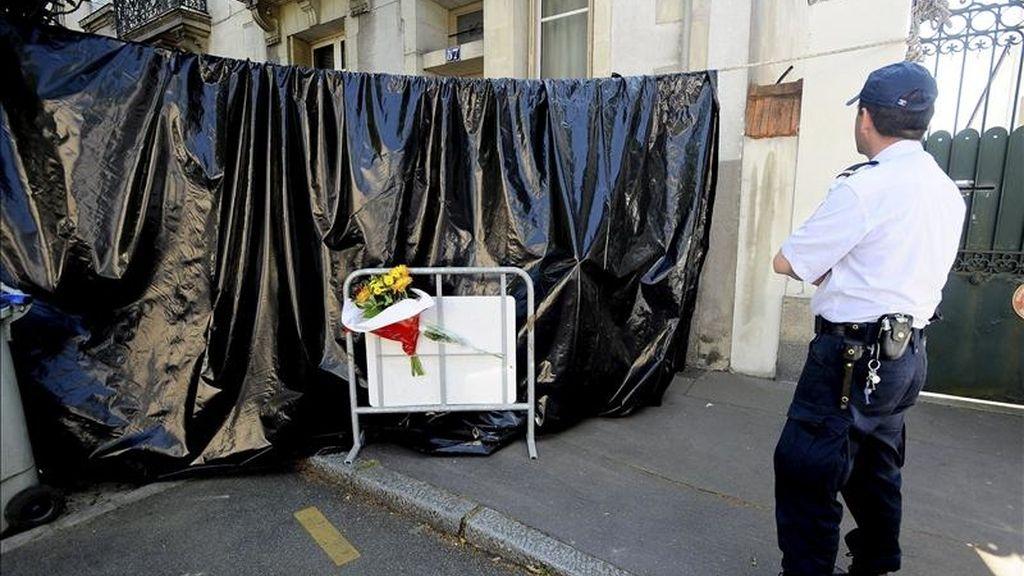 Un policía vigila la casa de Nantes, Francia, donde se descubrieron los cadáveres de una mujer y de sus cuatro hijos. EFE