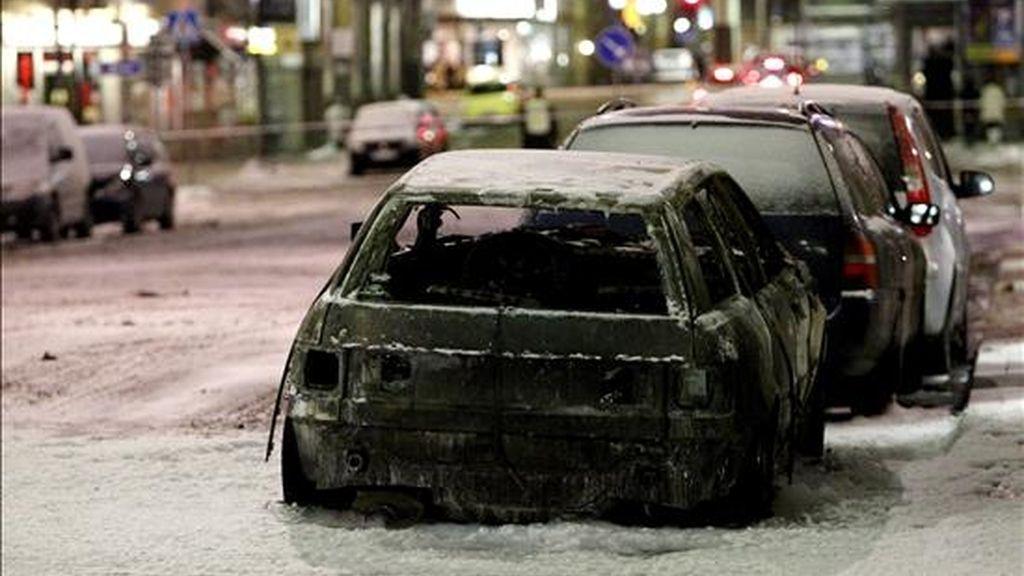 Al menos una persona resultó hoy muerta y varias heridas al estallar dos coches por causas todavía no aclaradas en la calle Drottning de Estocolmo, una zona comercial muy importante. Las fuentes no precisaron la causa de las explosiones, que se produjeron a las 17.20, hora local (16.20 GMT), aunque no descartaron que pueda tratarse de dos coches-bomba, que estaban separados unos 400 metros entre sí. EFE