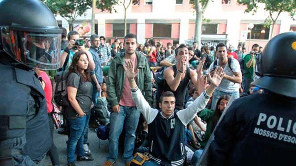 Los indignados intentan bloquear el Parlament.