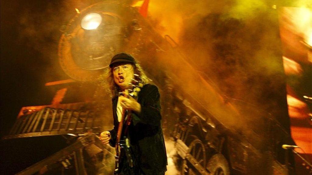 El guitarrista del grupo australiano de rock AC/DC, Angus Young. EFE/Archivo