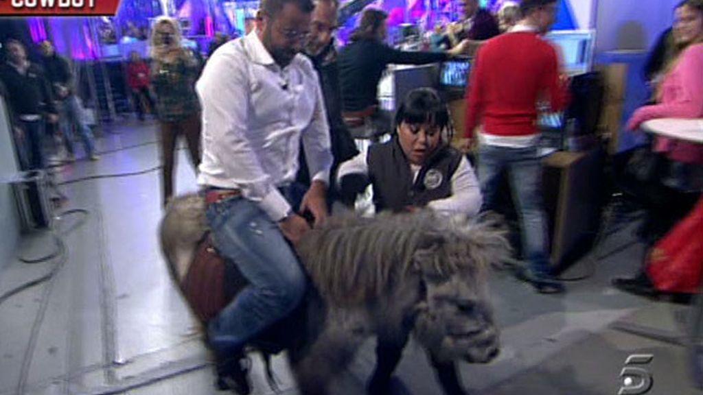 Chiqui entra en plató a lomos de un poni y Jorge Javier le imita