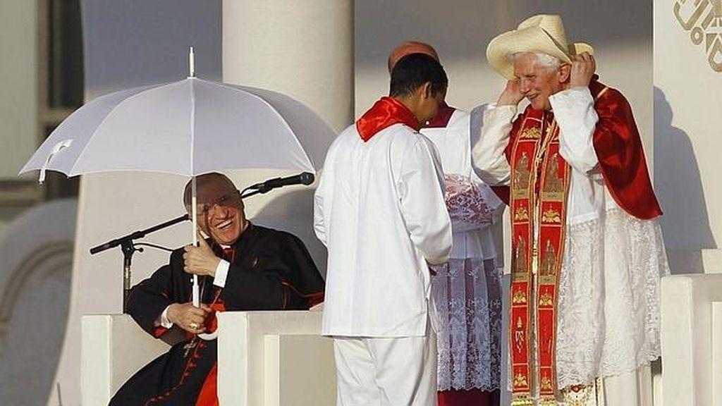 Rouco Varela y Benedicto XVI luchan contra el sol. Foto: EFE.