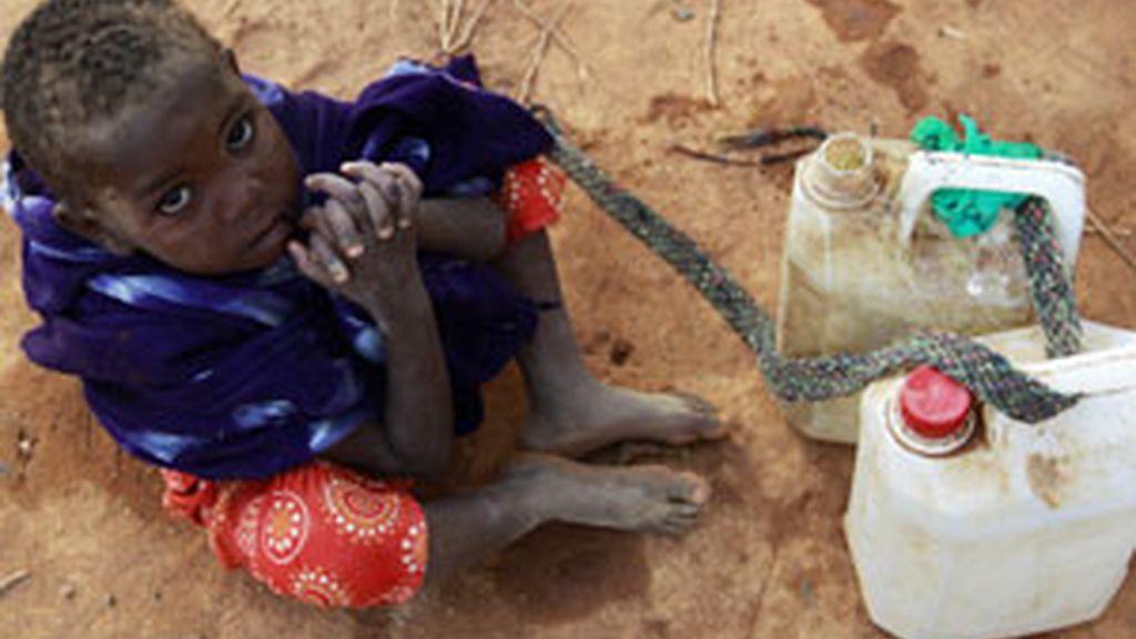 Un niño somalí va a buscar agua con unos bidones. Foto: Reuters