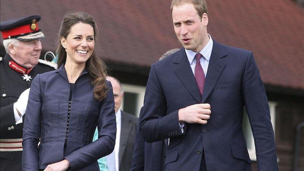 El príncipe Guillermo de Inglaterra y su novia Kate Middleton llegan a la Aldridge Community Academy de Darwen, noroeste de Reino Unido, en el último acto oficial como solteros antes de su boda, el 29 de abril. EFE