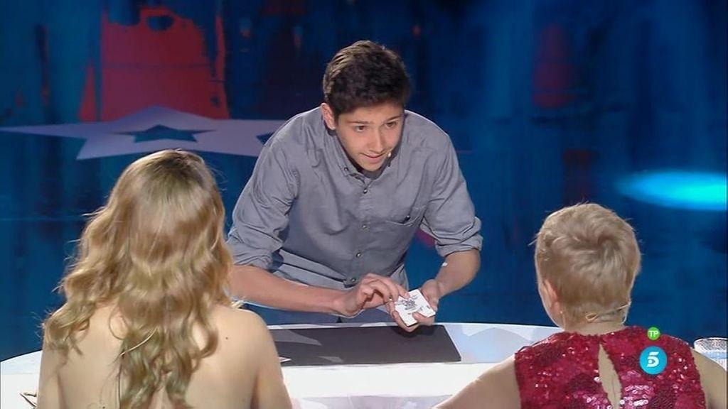 El público se rinde ante los trucos de magia con cartas de Manuel Alcalde