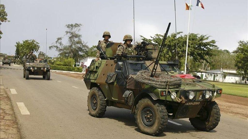 Soldados franceses se preparan para una misión en la base militar francesa 43 BIMA en Abiyán (Costa de Marfil) hoy, lunes 11 de abril de 2011. Tropas francesas han entrado en el centro de Abiyán después de que dos helicópteros de la misión de la ONU en Costa de Marfil (ONUCI) y de la operación militar francesa Licorne dispararan ayer varios misiles contra la residencia oficial del presidente saliente, Laurent Gbagbo, y el palacio presidencial. EFE