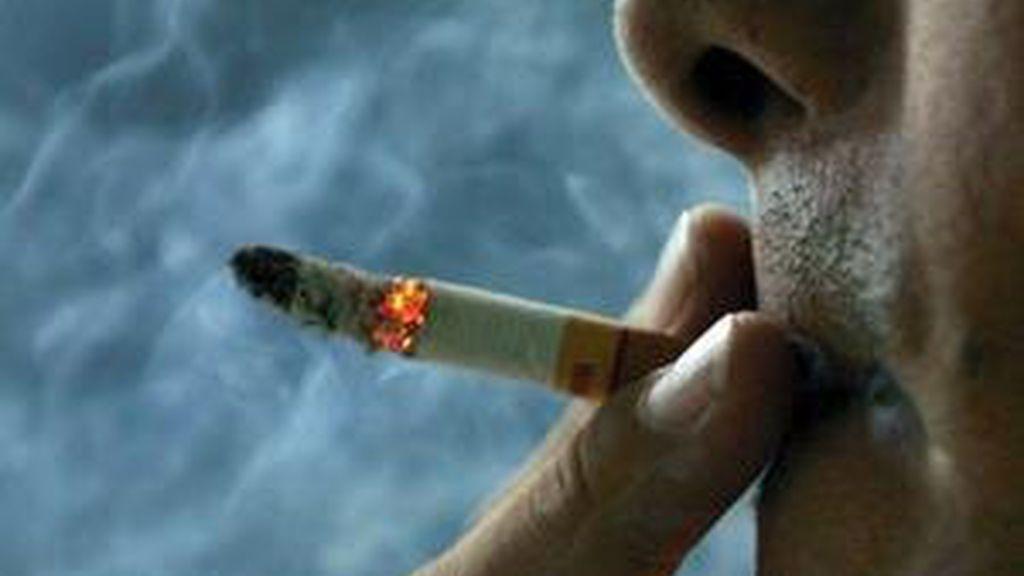 Fumar el primer cigarrillo poco después de levantarse eleva el riesgo de sufrir cáncer de pulmón, cabeza y cuello. Vídeo: Informativos Telecinco.