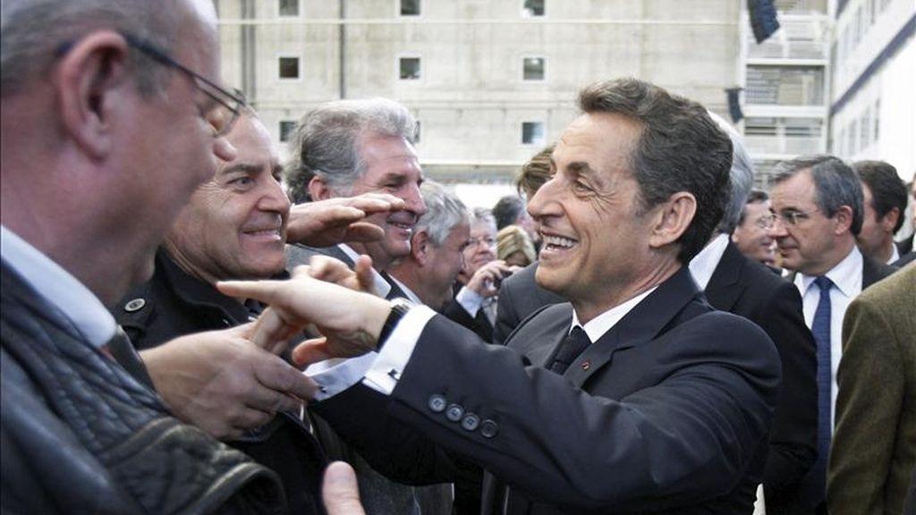 El presidente francés, Nicolás Sarkozy (c), estrecha la mano de unos empresarios que asistieron a su discurso de año nuevo a las fuerzas económicas del país en la planta de ensamblaje del Airbus A380 en Blagnac, Francia. EFE