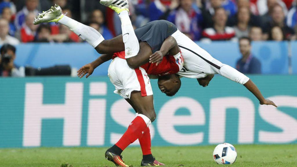 Pogba se sube a 'caballito' de Embolo y le rompe la camiseta a Xhaka
