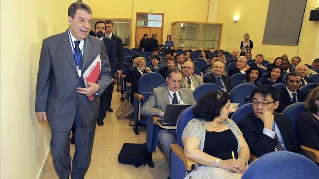 El vicesecretario general de la ONU, el egipcio Muhammad Shaaban (i), momentos antes de inaugurar el I Encuentro de Universidades Firmantes del Memorando de Entendimiento con Naciones Unidas, en el que participan dieciocho instituciones académicas del mundo, además de organizaciones regionales e internacionales, en la Facultad de Traducción de Salamanca. EFE