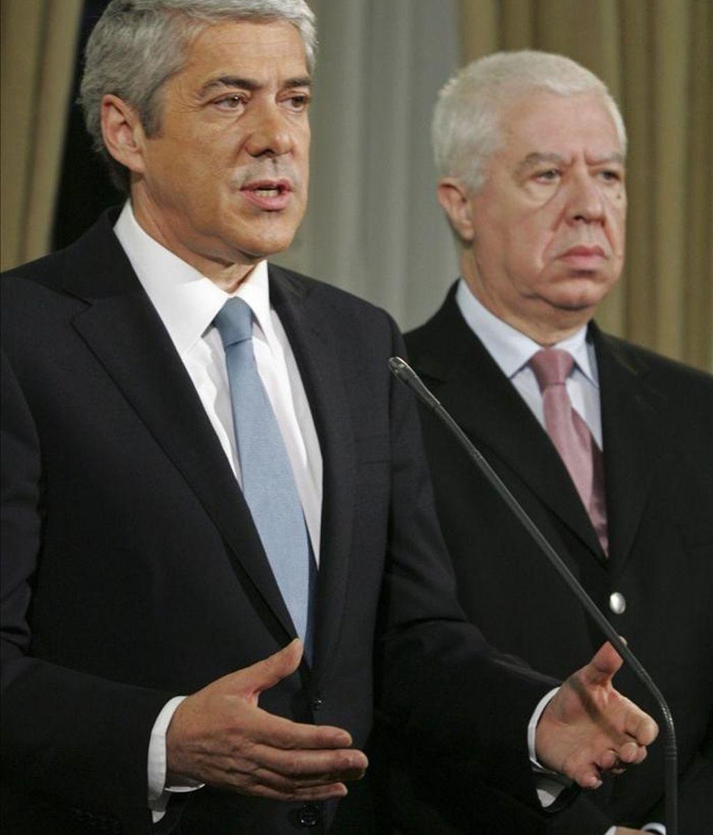 El primer ministro de Portugal, José Sócrates (i), y el ministro de Finanzas, Teixeira dos Santos (d), ayer durante una rueda de prensa en Lisboa (Portugal). EFE